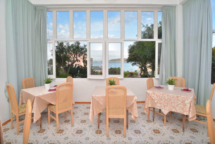Angolo sala colazione con vista all'esterno