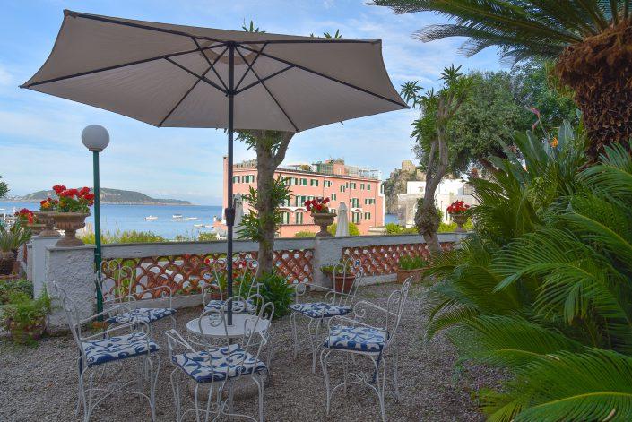 Terrazza con sedie, ombrelloni e tavolo